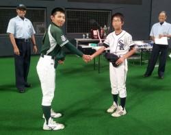 稲童丸(里塚)と三浦(黒松内)の両主将が試合前に握手