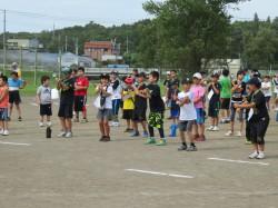 競技前元気にラジオ体操をする参加者たち。