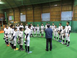 冬季練習に励む、札幌北シニアナイン=12月・札幌北シニア室内練習場